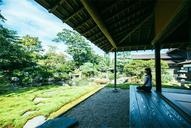 庭を眺める角田さん