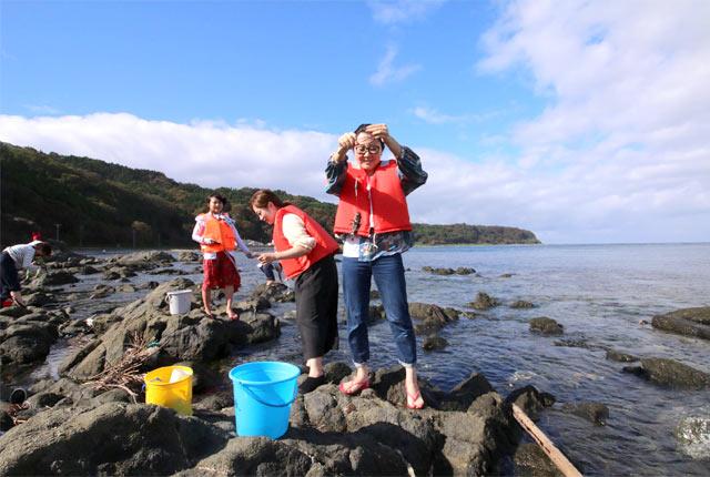 粟島の子どもの伝統的な遊び、穴釣りを体験中