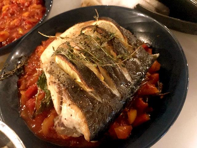 ライブキッチンで完成した魚料理