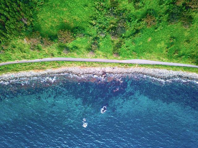 海沿いの絶景ロードをドローン撮影