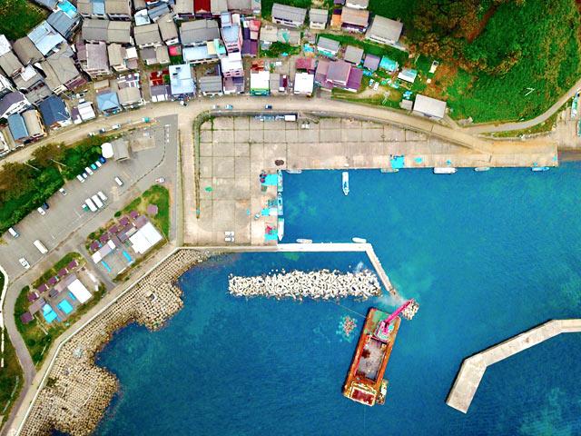 釜谷集落の漁港をドローン撮影