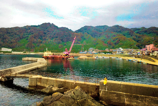 漁港で作業中のクレーン船