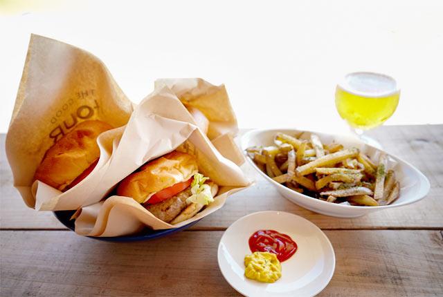 「THE GOOD HOUR PARK AWASHIMA」のハンバーガー&ポテト