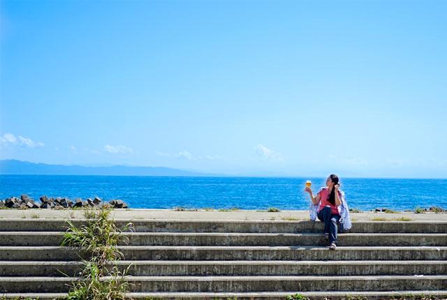 粟島の海を眺めながらビールを一杯