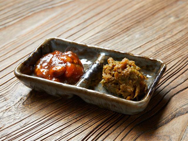 右は旅館オリジナルの〈山菜味噌〉。左は郷土食の〈豆味噌〉