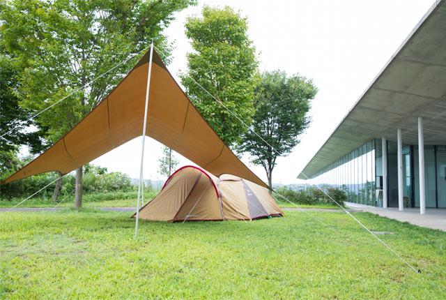 スノーピークのヘッドクオーター(本社)前に設置されたテントとタープ