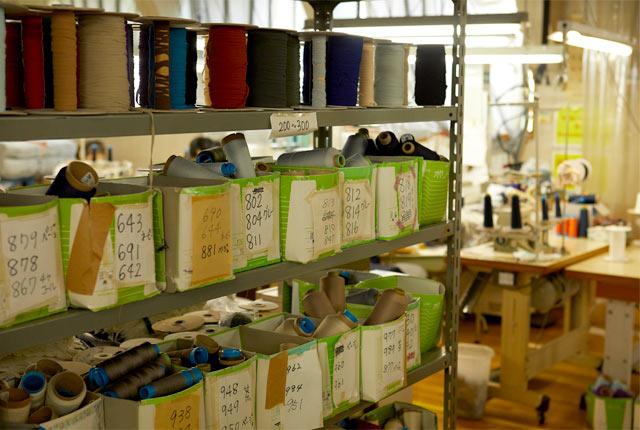 さまざまな素材や撚糸が置かれた棚