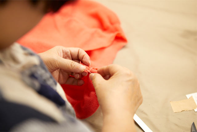 糸の始末や細かい補修の作業風景
