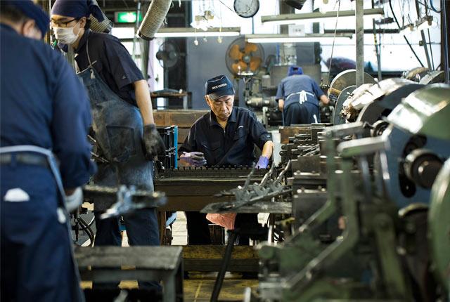 日本洋食器の工場内での作業風景