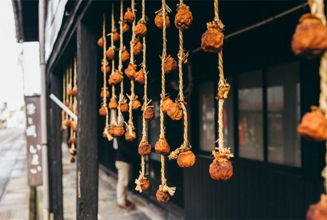 町屋の軒先に吊るされた干し柿