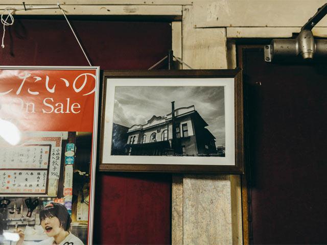 〈高田世界館〉を写したモノクロ写真が飾られている
