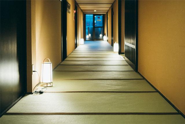 〈HATAGO井仙〉の廊下