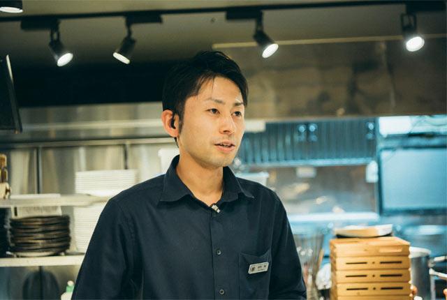 フロアマネージャーの萩野翔さん