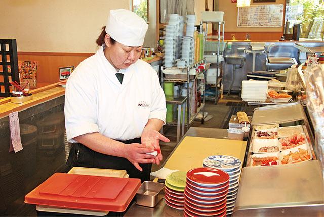 丁寧な仕事ぶりの寿司職人