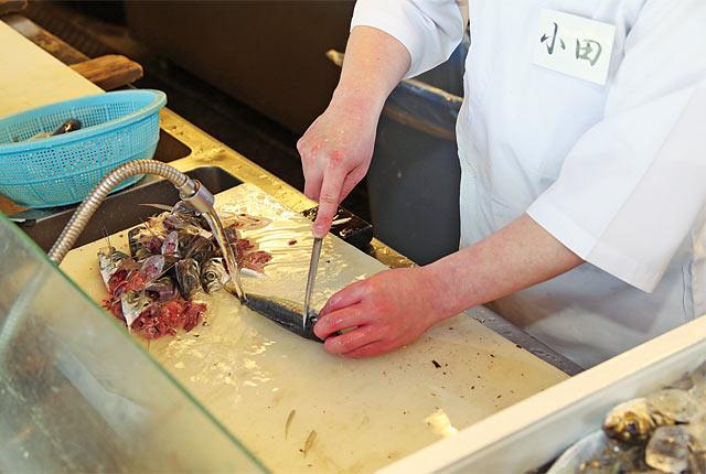 自分の釣った魚で寿司を握ってくれるサービスも