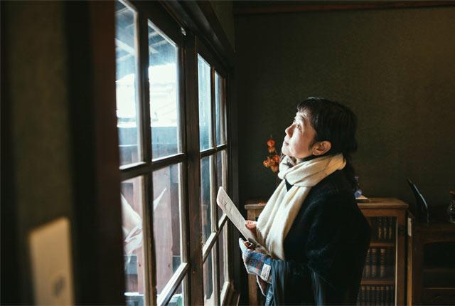 相馬御風の生家を見学する角田光代さん