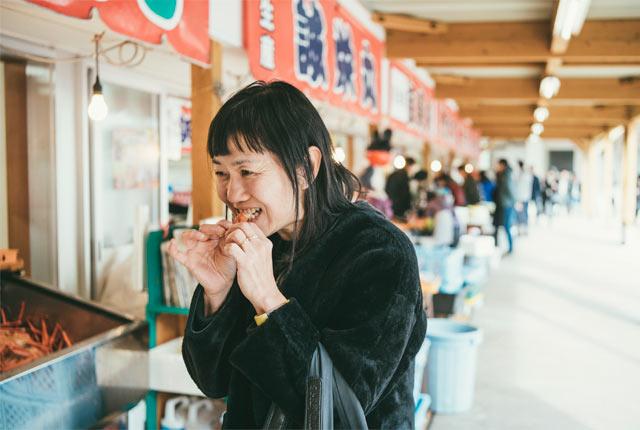 ベニズワイガニを堪能する角田さん