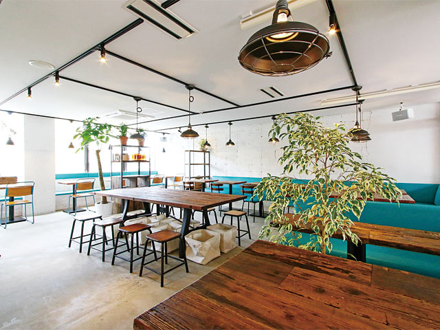 〈Material Cafe 万代シテイ店〉内観