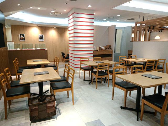 〈越品カフェ〉の店内
