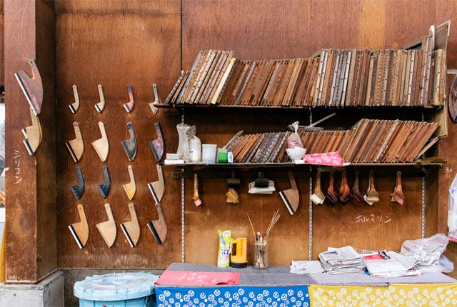 藤岡染工場内の染物に使う道具たち