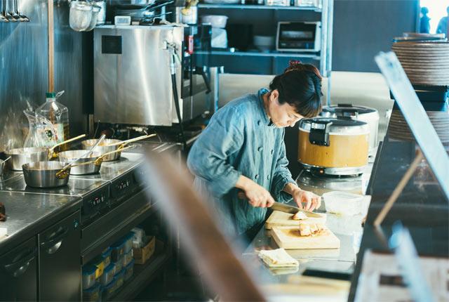 〈三条スパイス研究所〉のオープンキッチン