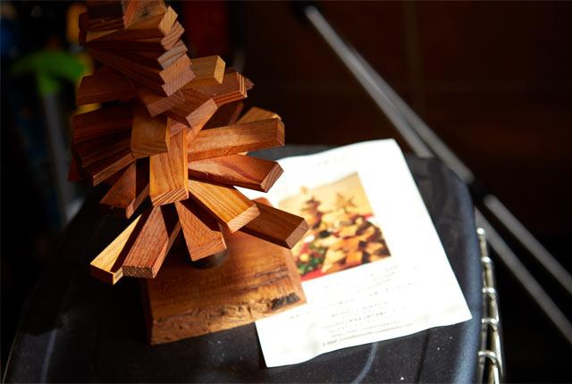木材を重ねてつくられたクリスマスツリー