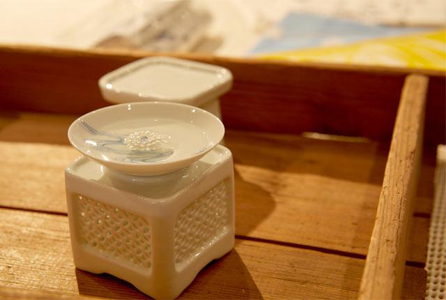 菊水酒造オリジナルの杯台と杯