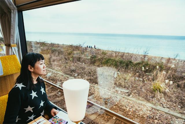 雪月花に乗車した、作家の角田光代さん
