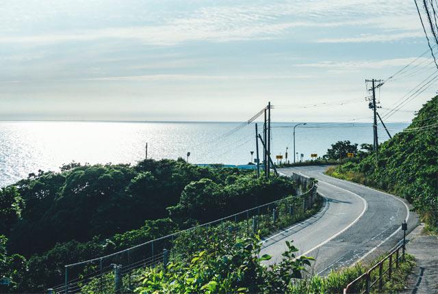 笹川流れに沿って走る日本海夕日ライン