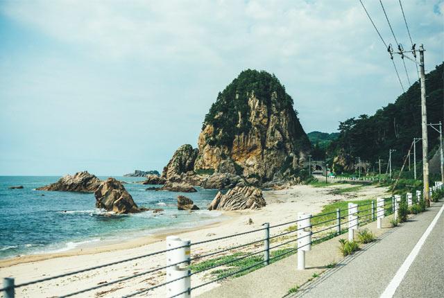 海岸線にそびえ立つ奇岩