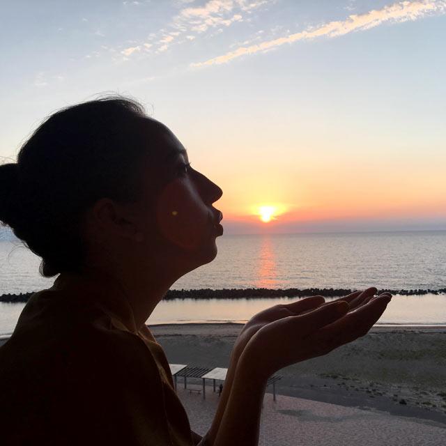 夕日をバックにセルフィー