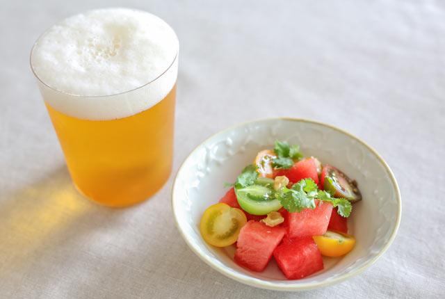 ビールと、八色産すいか&ミニトマトのスパイシーサラダ