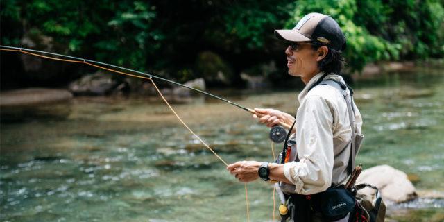 自然に溶け込みながら、イワナやヤマメを釣り上げる渓流フライフィッシング