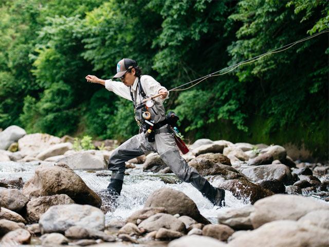 岩場を跳んでいく加藤さん