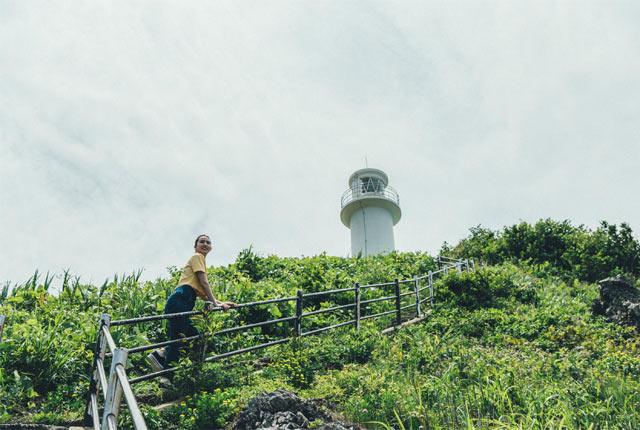 角田岬灯台までの階段を登る