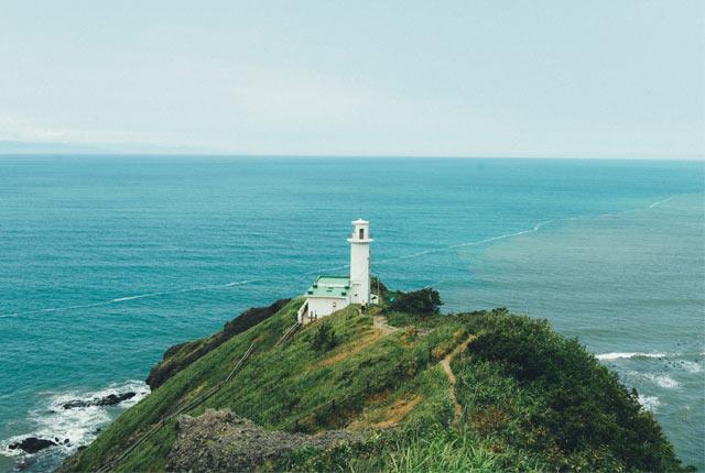 断崖の〈角田岬灯台〉