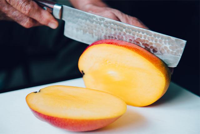 マンゴーをカット