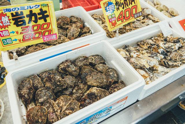 ケースに入ったたくさんの岩牡蠣