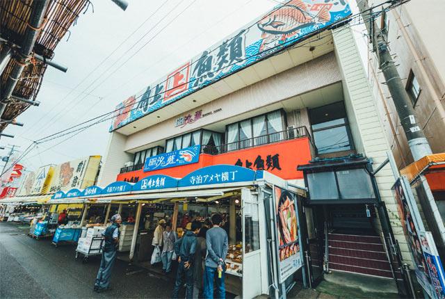 地元鮮魚店〈角上魚類〉入口