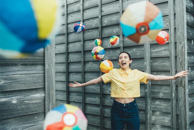 紙風船をたくさん飛ばしながら写真を一枚