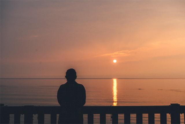 夕日を眺めるアリスさん