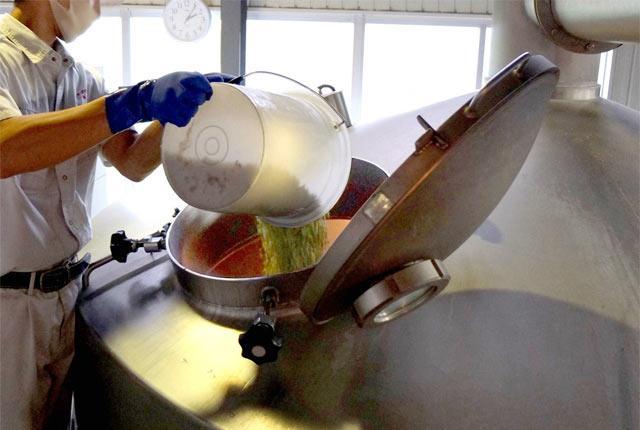 麦芽を醸造タンクに入れる