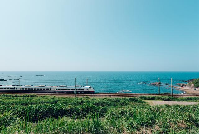 海岸沿いの線路を走る列車