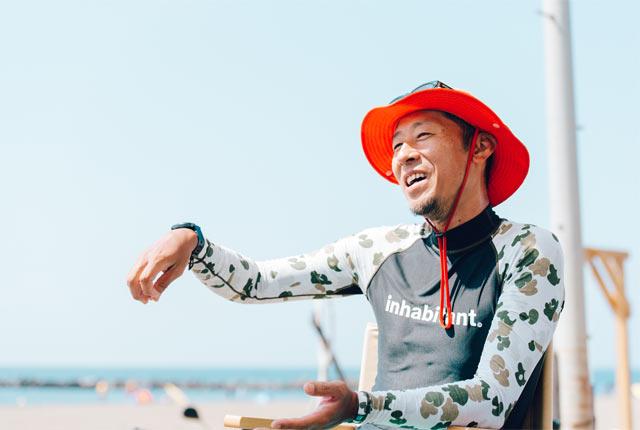砂浜のデッキで杤堀にインタビュー
