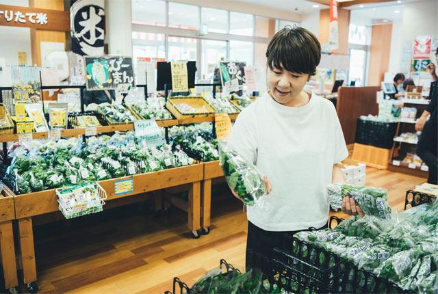 野菜を手に取る坂田さん