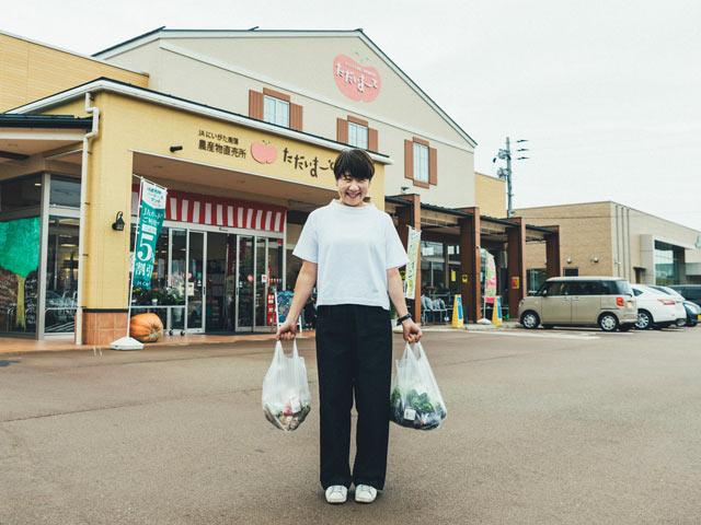 両手に袋いっぱいの食材を持ってお店の駐車場へ