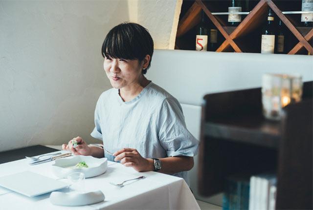 料理を堪能する坂田さん