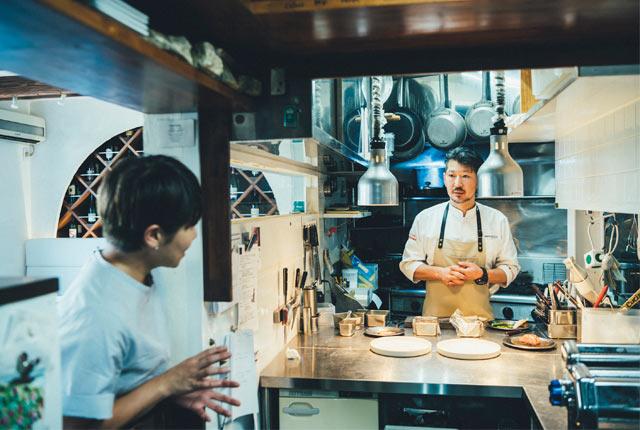 厨房で話をうかがう坂田さん