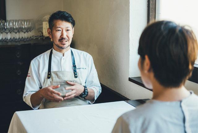 原田さんもテーブルに。ゆっくり話をうかがう