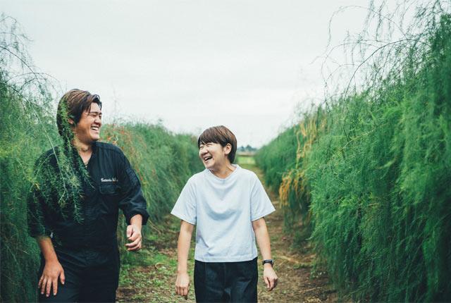 農園内を案内される坂田さん